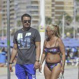 Belén Esteban y su novio paseando por Benidorm