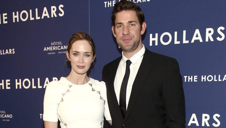 Emily Blunt reaparece tras ser madre en el estreno de 'The Hollars'