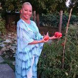 Belén Esteban cogiendo tomates en un huerto