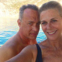 Tom Hanks y Rita Wilson celebrando en alta mar sus 28 años de amor