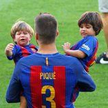 Gerard Piqué con Milan y Sasha en el Camp Nou en el partido Barça-Betis
