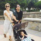 Tania Llasera junto a su hijo y un amigo