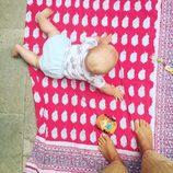 El hijo de Tania Llasera, Pepe, gateando