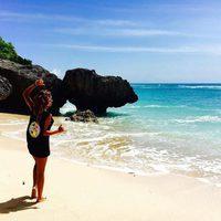 Lara Álvarez posando en la orilla de la playa de Uluwatu en Bali