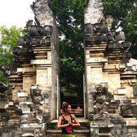 Lara Álvarez en el templo del agua de Uluwatu en Bali