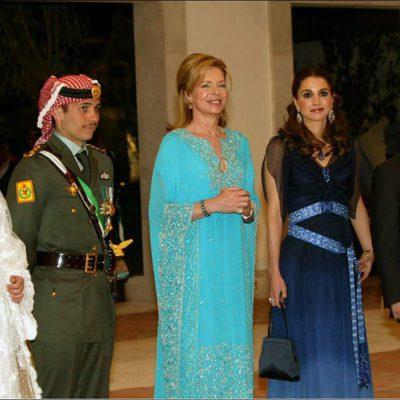 Hamzah de Jordania junto a Noor de Jordania, Abdalá y Rania de Jordania en su primera boda