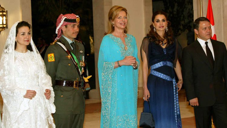 Noor de Jordania junto a Rania de Jordania