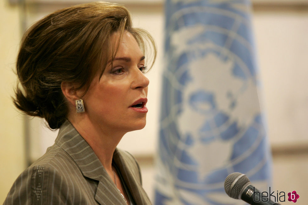 Noor de Jordania dando una conferencia