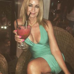 Olvido Hormigos tomando un cóctel en Ibiza
