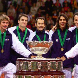 El equipo español de tenis tras ganar la Copa Davis en 2004
