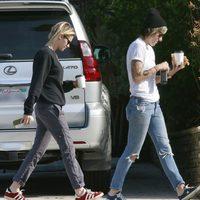 Kristen Stewart y Alice Cargile desayunando por las calles de California