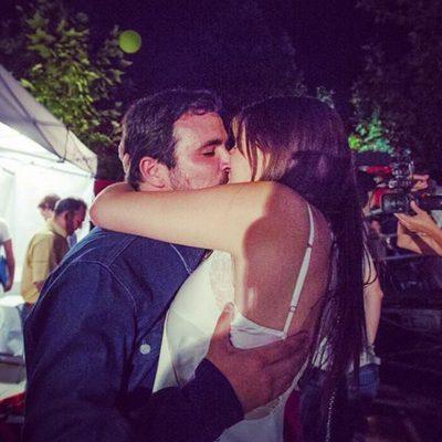Alberto Garzón y su novia Anna Ruiz besándose pasionalmente