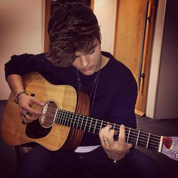 Abraham Mateo tocando la guitarra