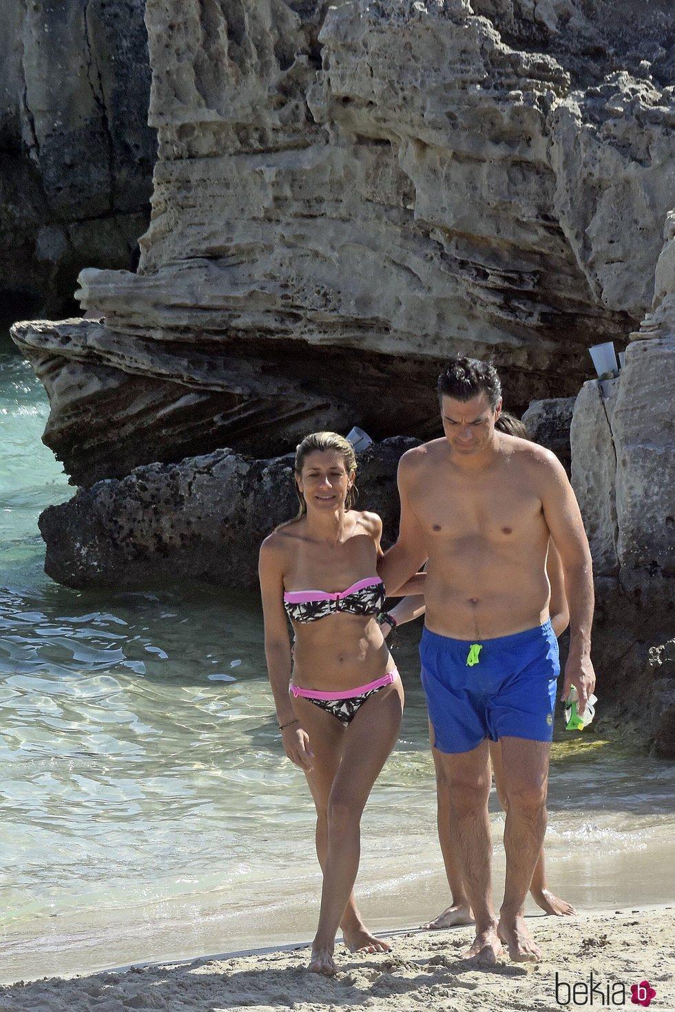 Pedro Sánchez con el torso desnudo junto a Begoña Gómez en Ibiza
