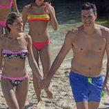 Pedro Sánchez y Begoña Gómez cogidos en la mano en una playa de Ibiza