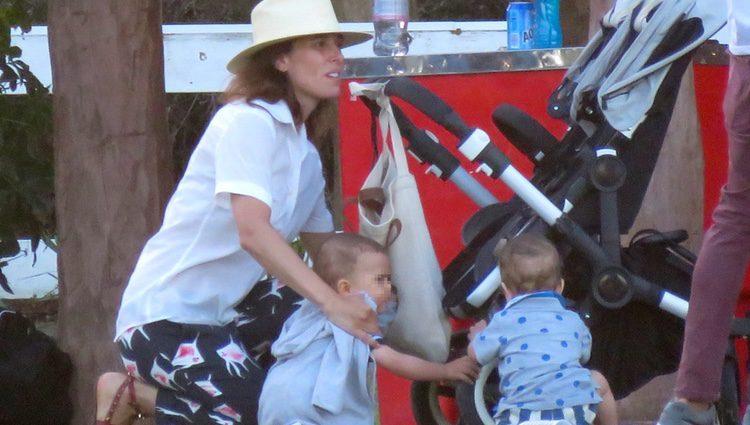 Raquel Sánchez Silva cuidando a sus hijos Mateo y Bruno