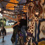 Kourtney y Khloe Kardashian a bordo de un tiovivo