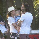 Raquel Sánchez Silva besando a uno de sus hijo en Sotogrande
