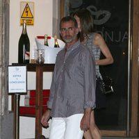 El Rey Felipe y la Reina Letizia saliendo de un restaurante de Madrid