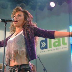 Thalía actuando para cadena Dial