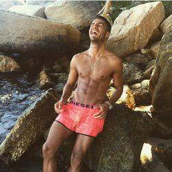 Maxi Iglesias luce cuerpazo en la playa