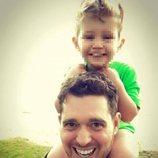 Michael Bublé con su hijo mayor Noah