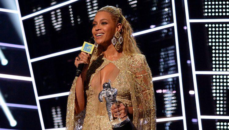 Beyoncé recoge uno de sus premios en la gala de los MTV Video Music Awards 2016