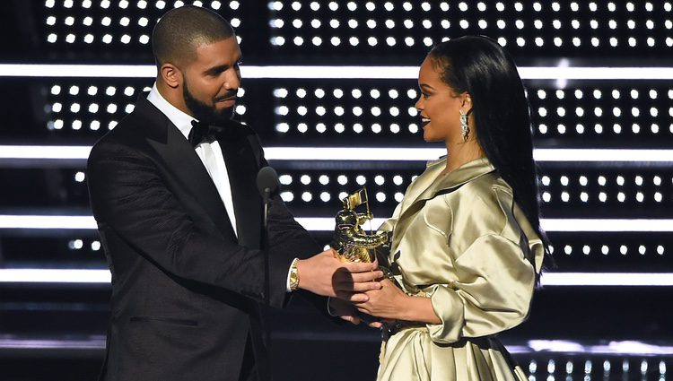 Rihanna recibe de Drake el premio Michael Jackson Video Vanguard en los MTV Video Music Awards 2016