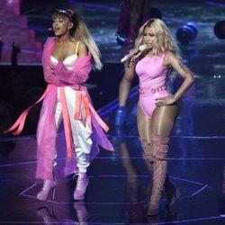 Ariana Grande y Nicki Minaj durante su actuación en los VMA's 2016