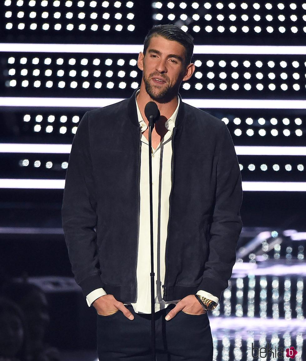 Michael Phelps entregando un premio en los VMA's