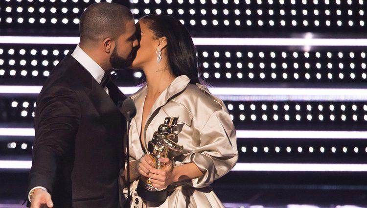 Rihanna y Drake se besan en la entrega del premio a la cantante