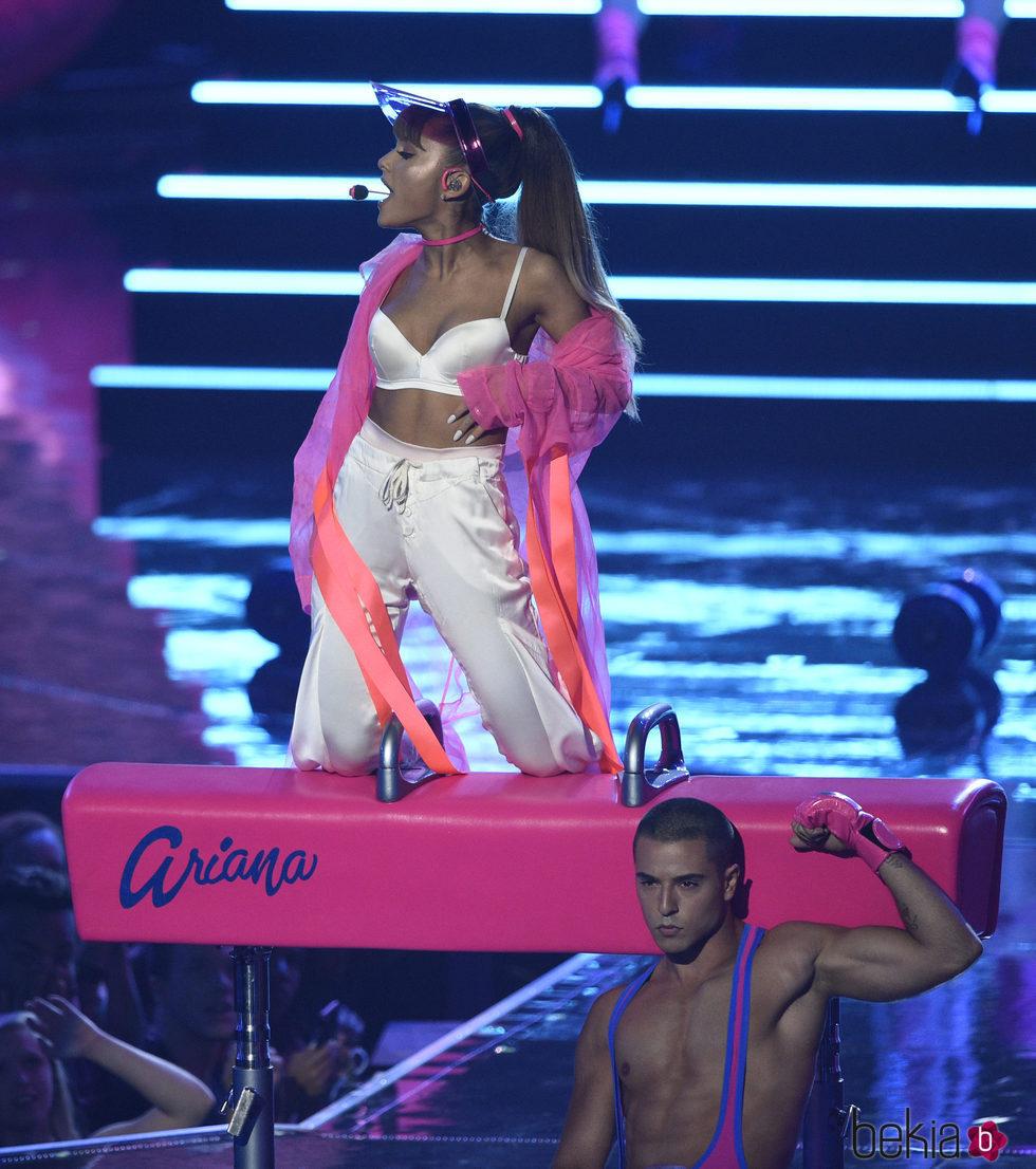Ariana Grande subida a un piano en los VMA's 2016