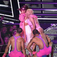Nicki Minaj y Ariana Grande rodeadas de bailarines en los VMA's 2016
