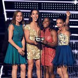 Las gimnastas estadounidenses entregando un premio en los VMA's 2016