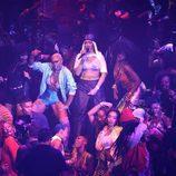 Rihanna rodeada de bailarinas en su actuación en los VMA's 2016