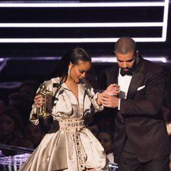 Drake agarra a Rihanna del brazo para evitar que tropiece