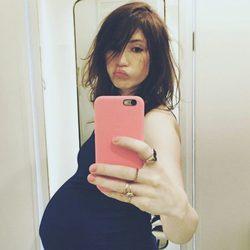 Carice van Houten luciendo barriguita de embarazada