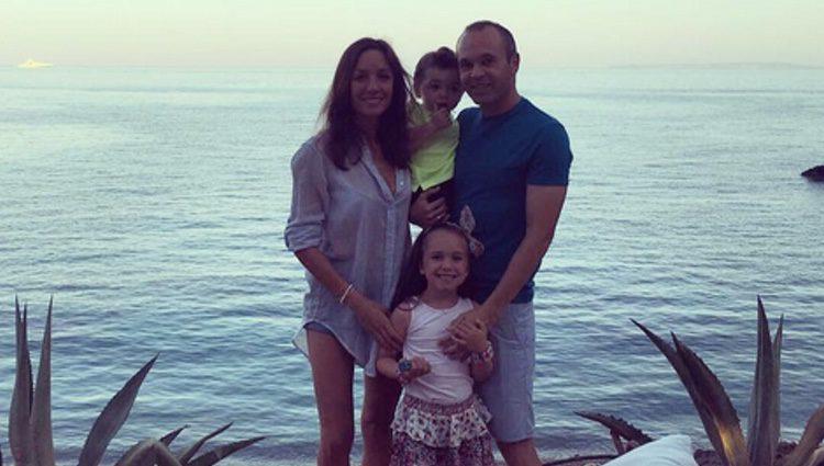 Andrés Iniesta y Anna Ortiz junto a sus hijos