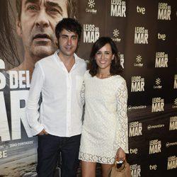 Ana Turpin y un acompañante en el estreno de 'Lejos del mar'