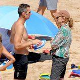 La Infanta Cristina e Iñaki Urdangarín charlando en la playa de Bidart