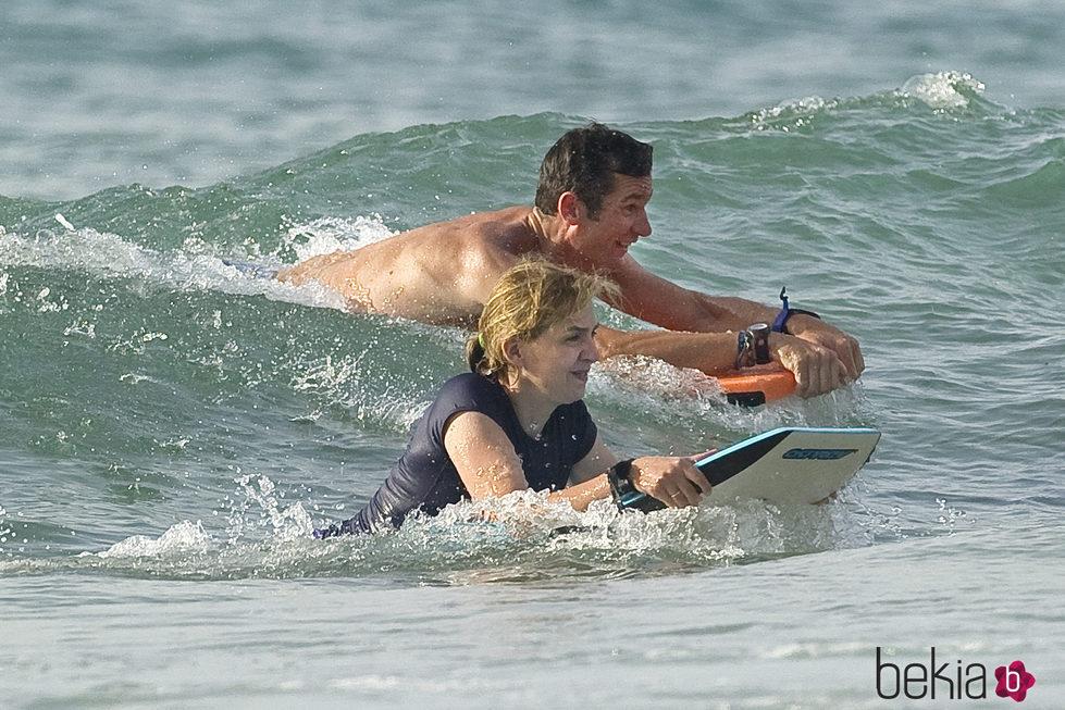 La Infanta Cristina e Iñaki Urdangarín surfeando en Bidart