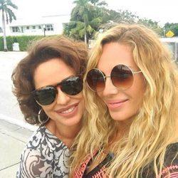 Marta Sánchez y Vicky Larraz posando juntas