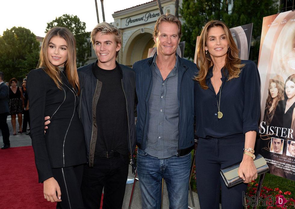 Kaia Gerber junto a su familia en el estreno de 'Sister Cities'