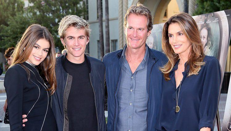 Kaia Gerber feliz junto a su familia en la premier de 'Sister Cities'