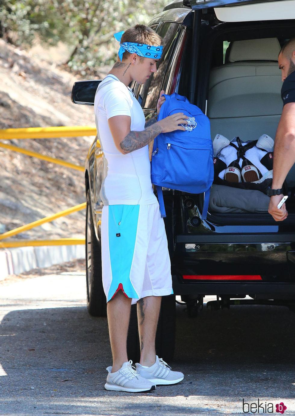 Justin Bieber mirando una mochila