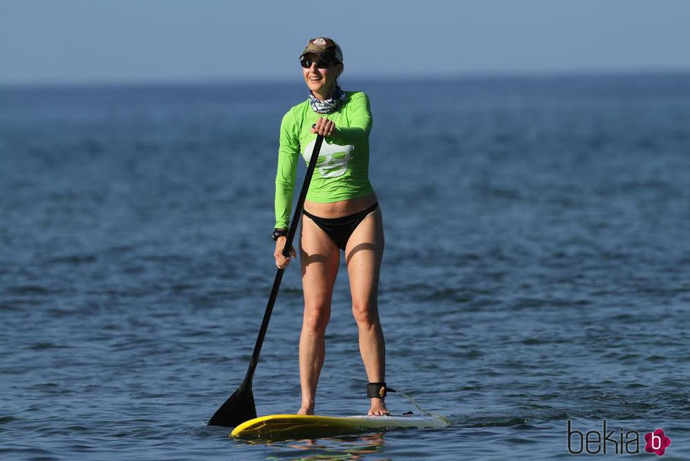 Helen Hunt divirtiéndose mientras hace Paddle Surf