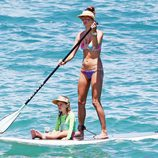 Alessandra Ambrosio y su hija haciendo Paddle Surf