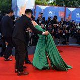 Moon So-ri cayéndose en la alfombra roja de la Mostra de Venecia 2016