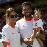 Ezequiel Garay en su presentación con el Valencia junto a Tamara Gorro y su hija Shaila