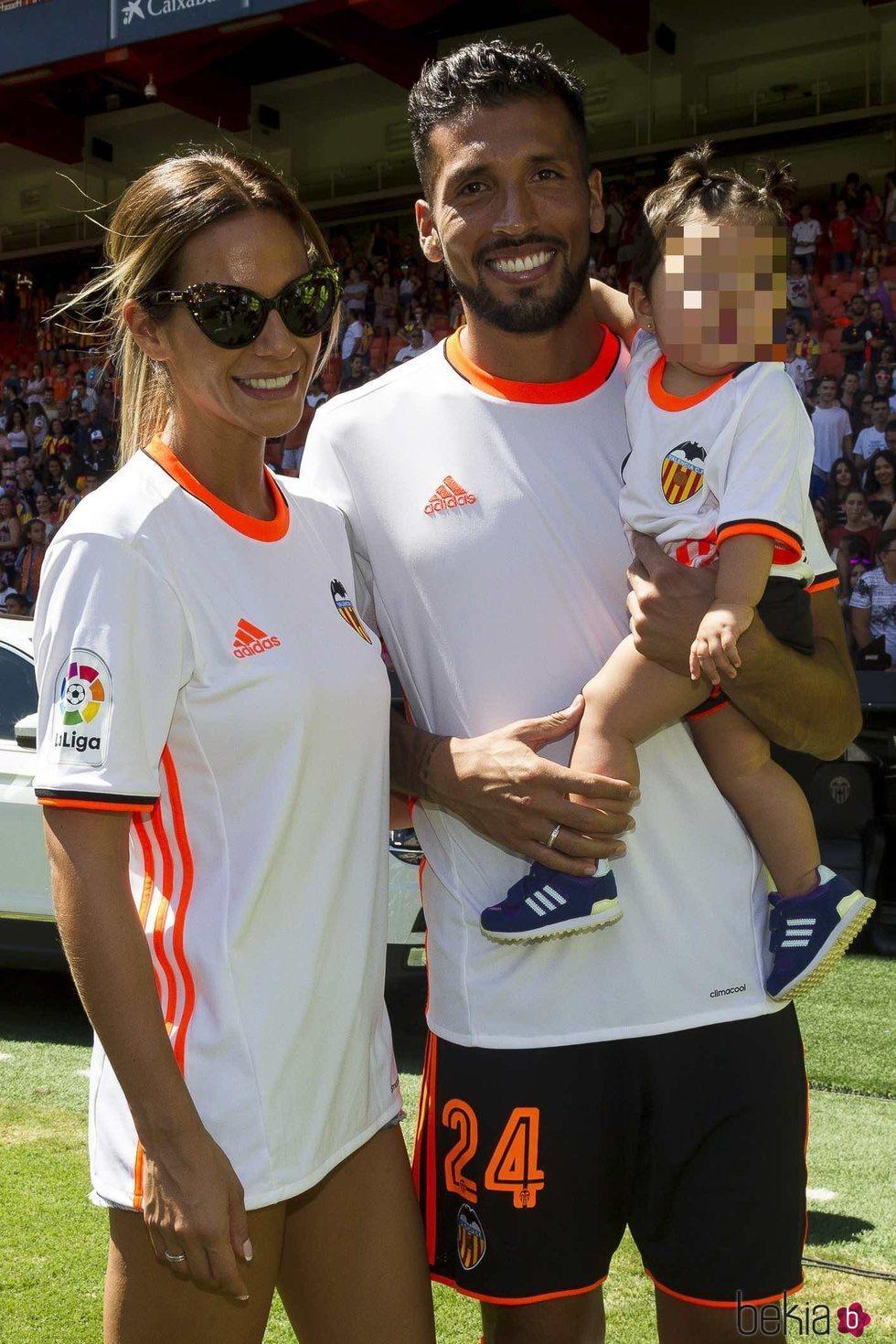 Ezequiel Garay en su presentaci³n con el Valencia junto a Tamara